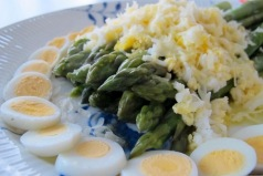 Asparagus with quail eggs and Parmesan