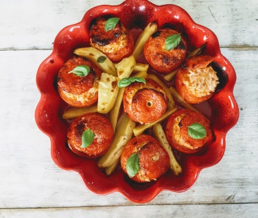 The vine tomatoes is one of the most known variety of tomato. When they are ripe the flesh is soft and thick, and the taste is well balanced between sweetness and acidity. These tomatoes are very versatile, perfect to be eaten both cooked and raw. This week we've baked these vine tomatoes following the original recipe that our dear friend Chiara, from Umbria region, has shared with us. As this dish is made with very few ingredients, in order to get a tasteful and excellent result, don't be stingy in using fresh herbs and good quality cheese.